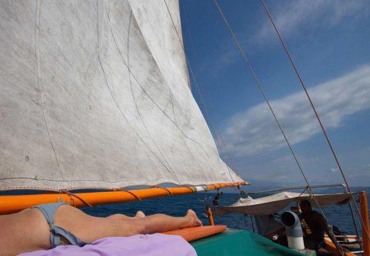 Bronzage sur le voilier Nofy Be